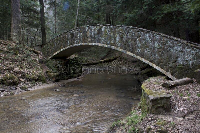 Puente de piedra en el área de la cueva del viejo hombre imagen de archivo