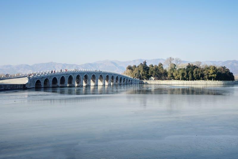 Puente de piedra en el palacio de verano imagenes de archivo