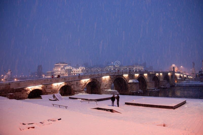 Puente de piedra en Skopje imagen de archivo
