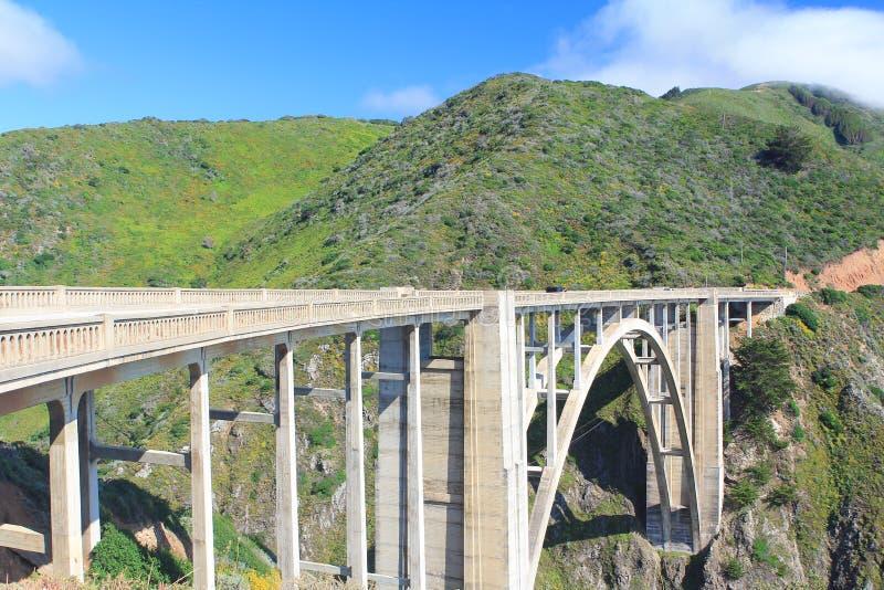 Puente de piedra hermoso con la montaña imagen de archivo