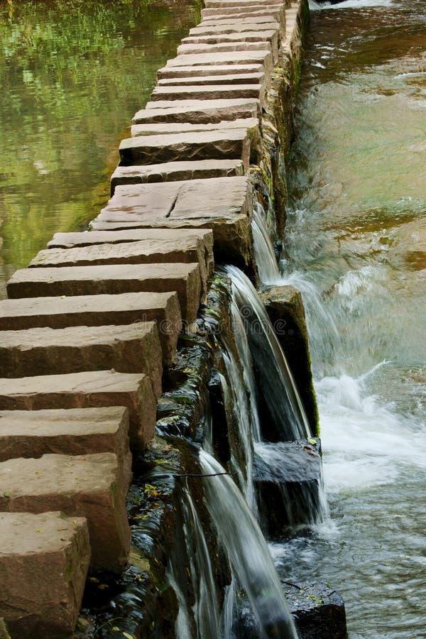 puente de piedra sobre el río fotografía de archivo