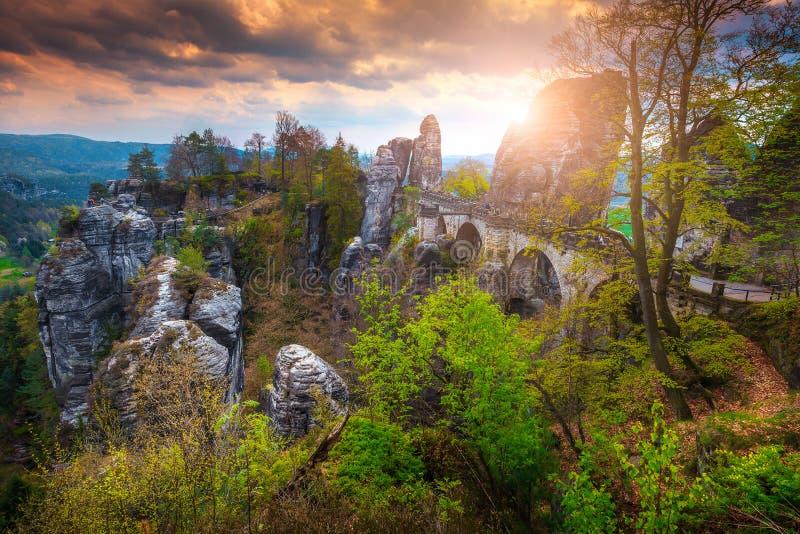 Puente de piedra viejo en la puesta del sol, Alemania, Suiza sajona, Europa de Bastei imagen de archivo libre de regalías