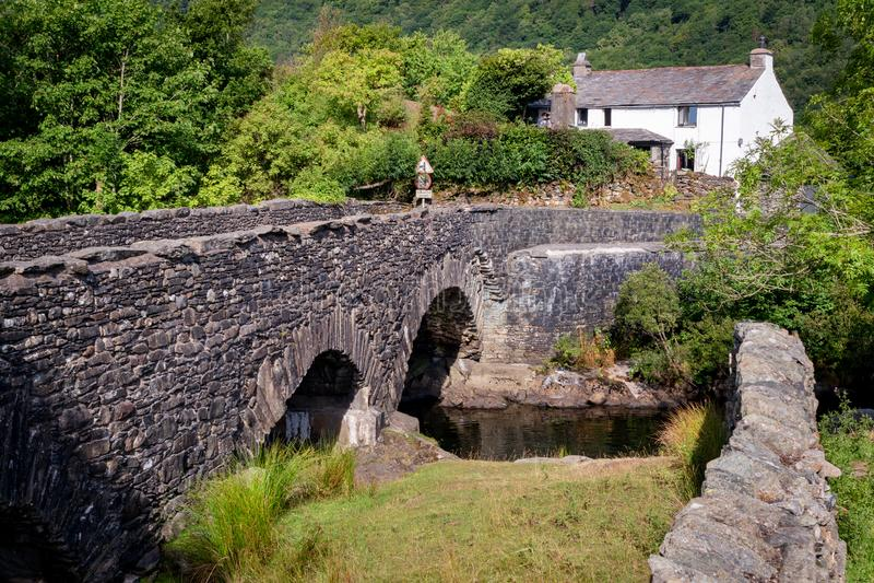 Puente de piedra viejo sobre el río Duddon en el nacional del distrito del lago imagen de archivo