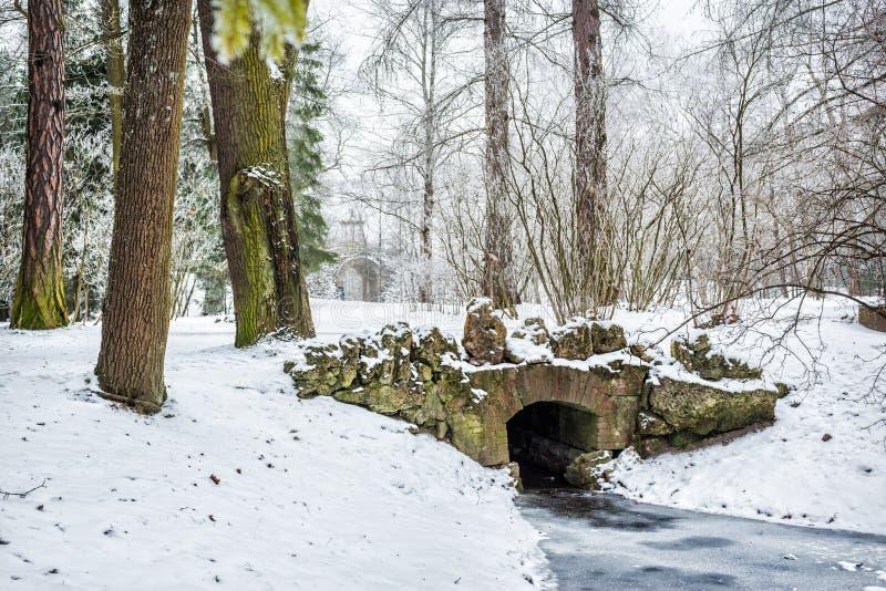 Puente de piedra y vista del gran capricho fotos de archivo libres de regalías