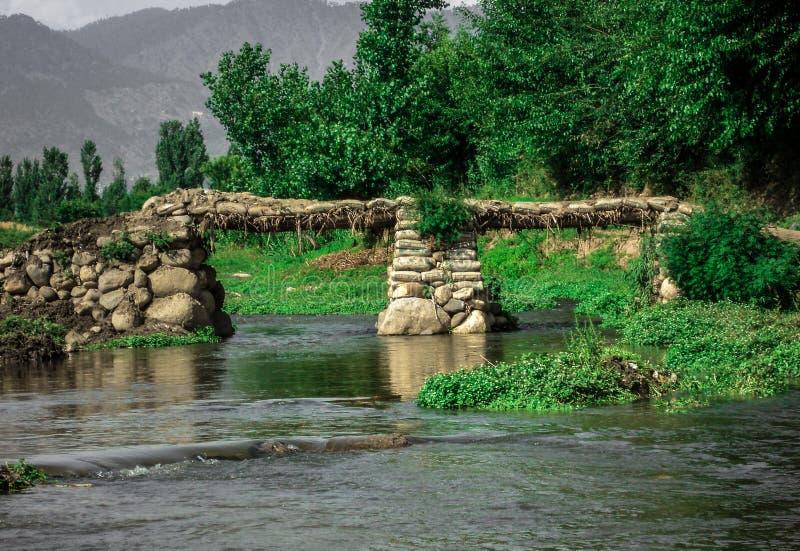 Puente de piedras en un pueblo imágenes de archivo libres de regalías