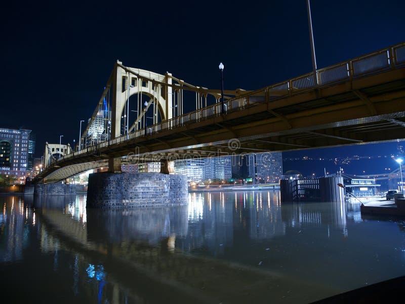 Puente de Pittsburgh en la noche foto de archivo libre de regalías