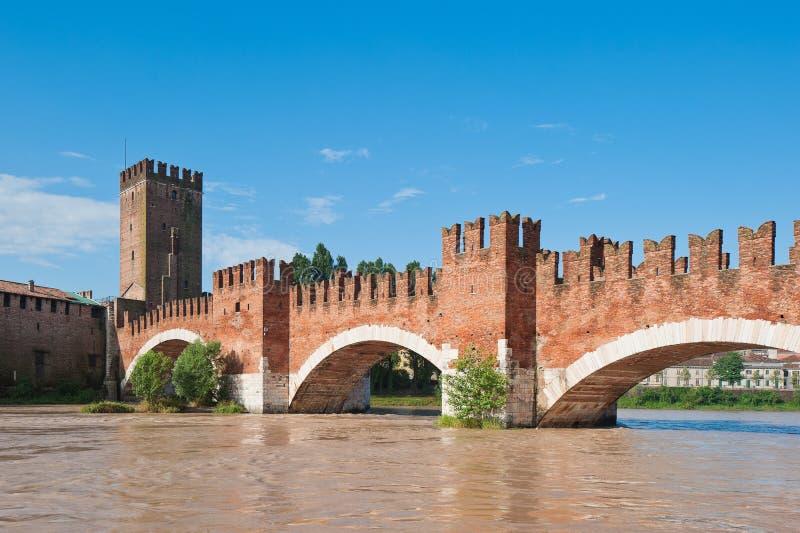 Puente de Ponte Pietra, Verona, Italia imagenes de archivo