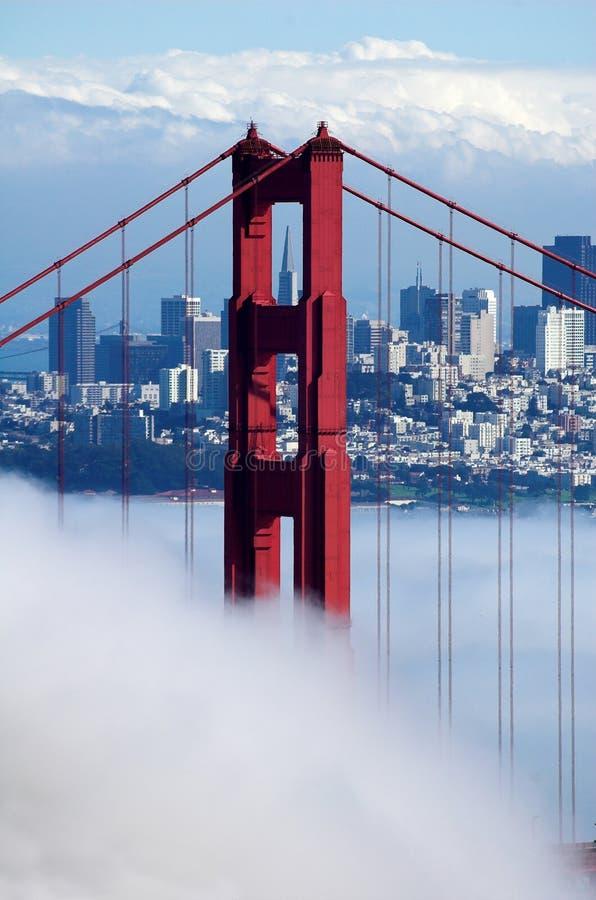 Puente de puerta de oro bajo la niebla imagenes de archivo