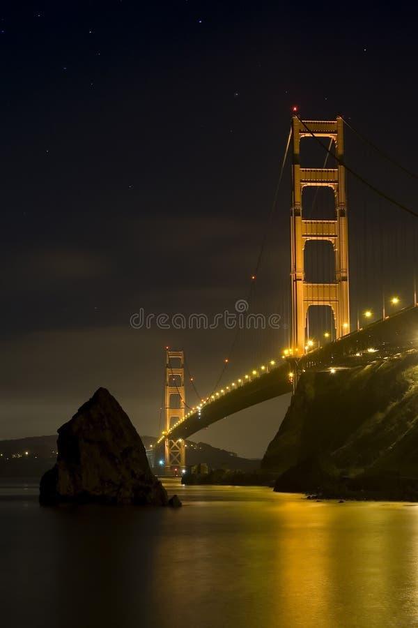Puente de puerta de oro en la noche imagen de archivo