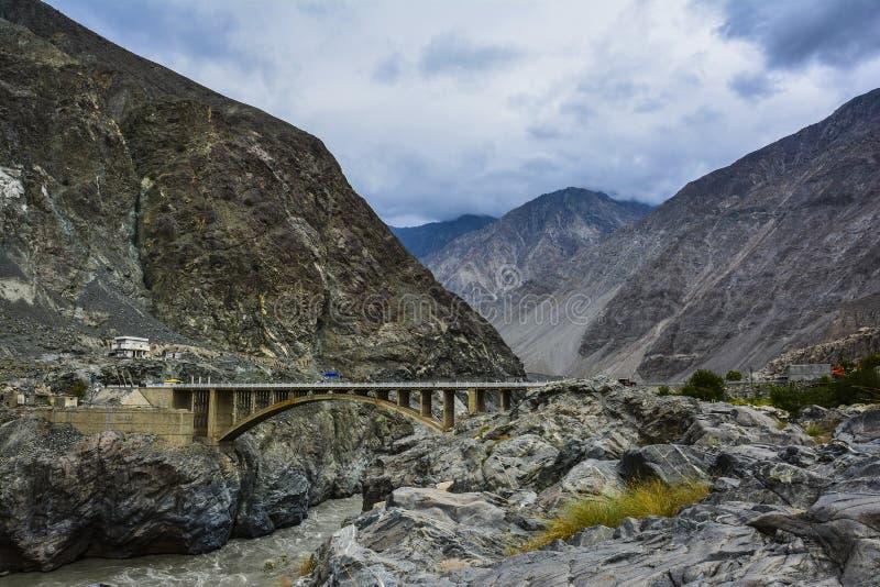 Puente de Raikot en el río Indo foto de archivo
