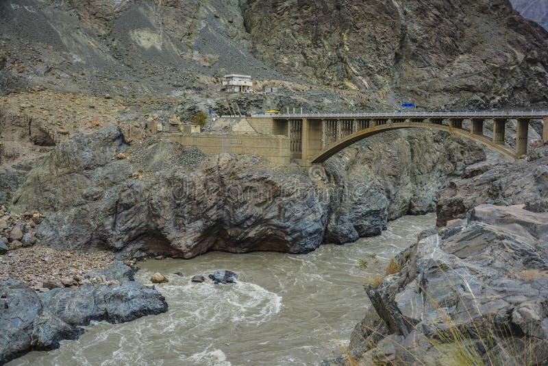 Puente de Raikot en el río Indo imagenes de archivo
