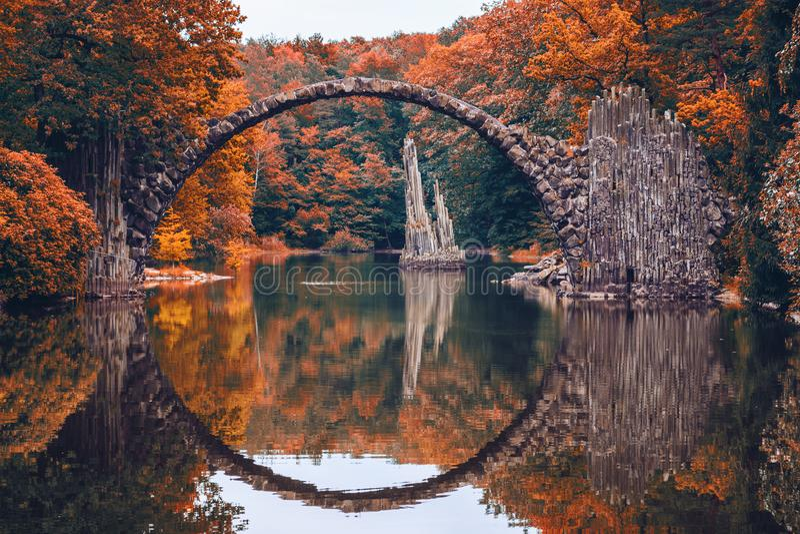 Puente de Rakotz (Rakotzbrucke, el puente del diablo) en Kromlau, Sajonia, fotos de archivo