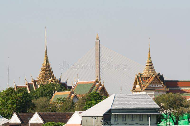 Puente de Rama VIII entre los tejados del templo de Wat Pho en Bangkok, Tailandia fotos de archivo libres de regalías