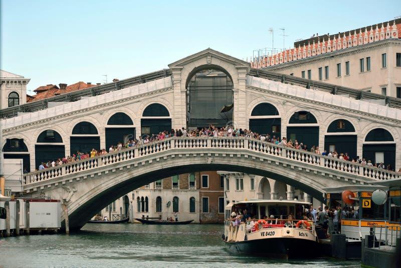 Puente de Rialto en Venecia - Italia imagenes de archivo