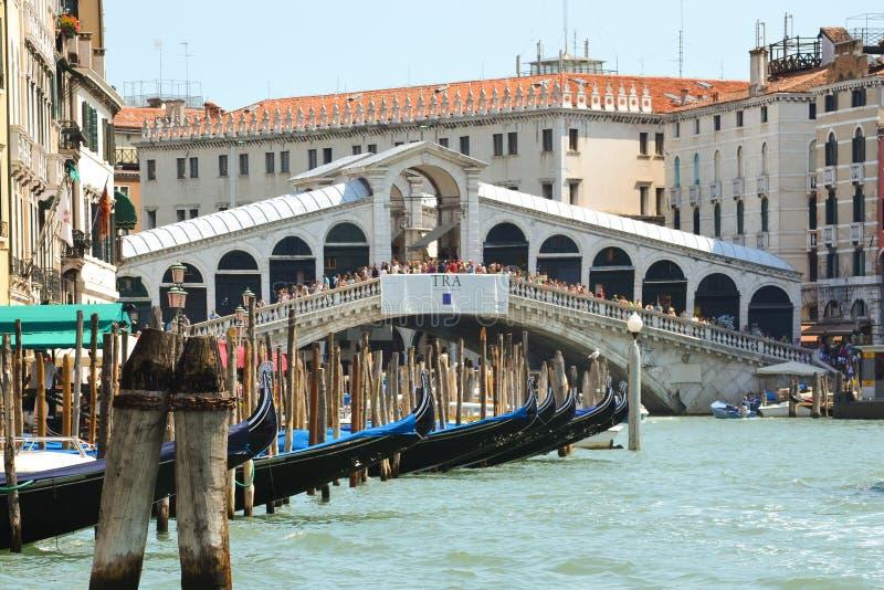 Puente de Rialto: una opinión Ponte di Rialto del canal grande, Venecia Italia foto de archivo