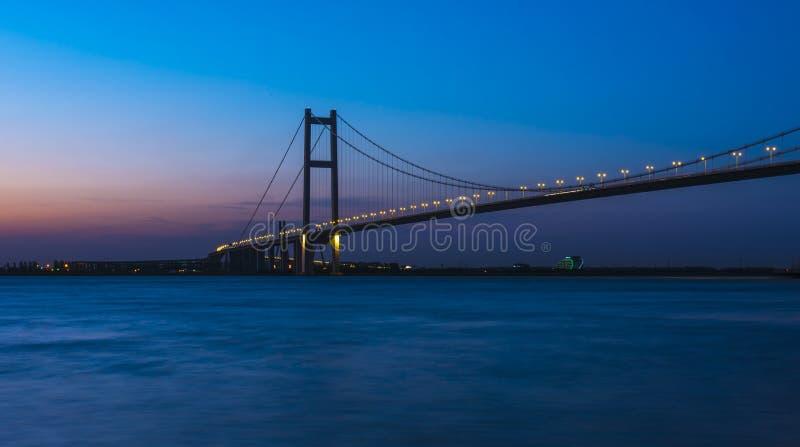 Puente de Runyang en la noche fotos de archivo