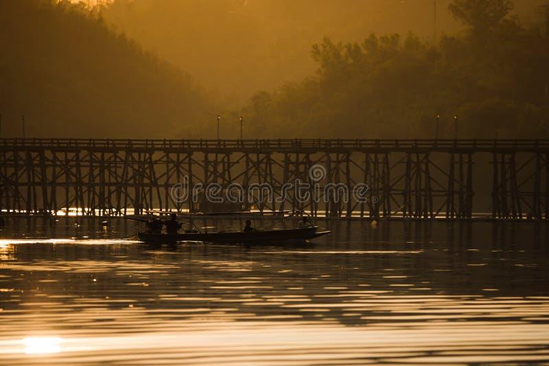 Puente de Sagklaburi en Tailandia fotos de archivo