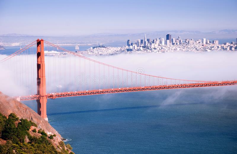 Puente de San Francisco Golden Gate en el día de niebla l de igualación dramático fotos de archivo
