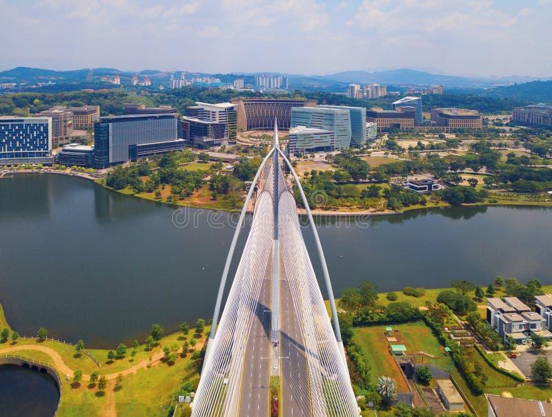 Puente de Seri Wawasan Bridge o de Putra y lago putrajaya con el cielo azul La atracción turística más famosa de Kuala Lumpur Cit fotografía de archivo