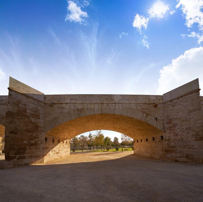 Puente de Serrano en Valencia en el parque España de Turia imagenes de archivo