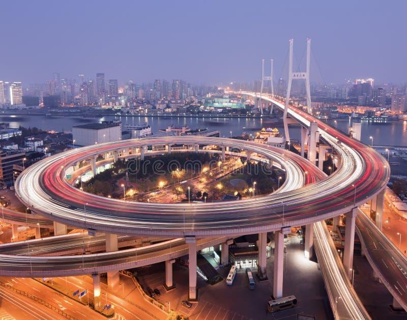 Puente de Shangai Nanpu sobre el río Huangpu en el crepúsculo foto de archivo