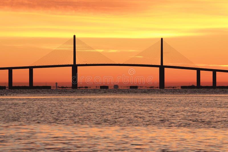 Puente de Skyway de la sol en la salida del sol fotografía de archivo libre de regalías