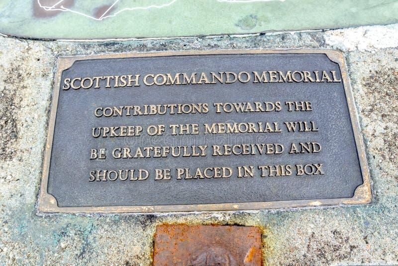 Puente de Spean, Escocia - 31 de mayo de 2017: Firme la explicación de la caja de la contribución del monumento del comando fotografía de archivo libre de regalías