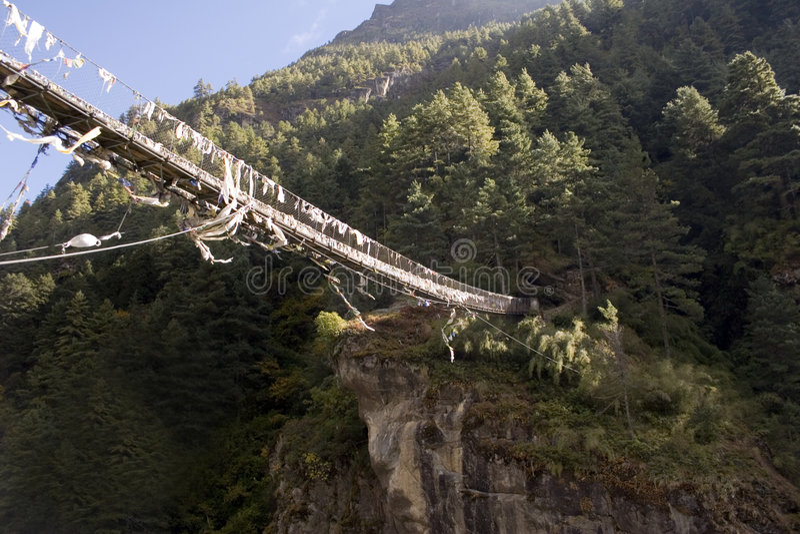 Puente de suspensión de Dudh Koshi fotos de archivo