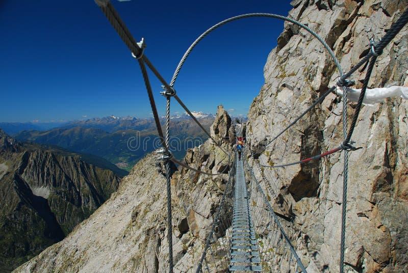 Puente de suspensión de la alta altitud. Montan@as italianas imagenes de archivo