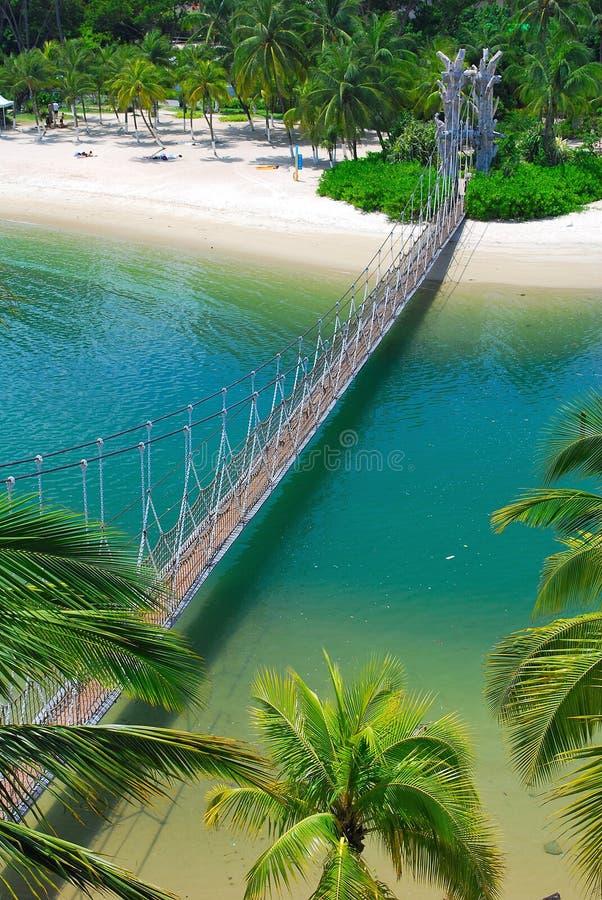 Puente de suspensión de madera a la isla del paraíso imágenes de archivo libres de regalías