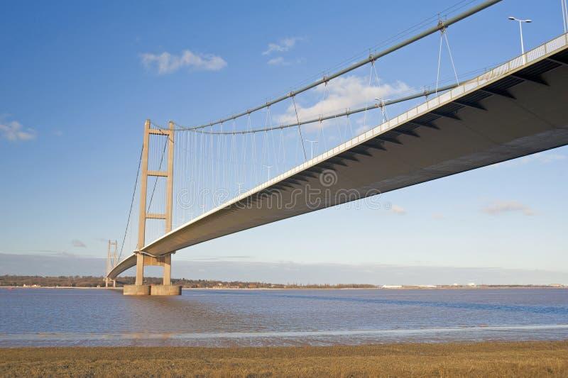 Puente de suspensión grande sobre un río fotos de archivo libres de regalías