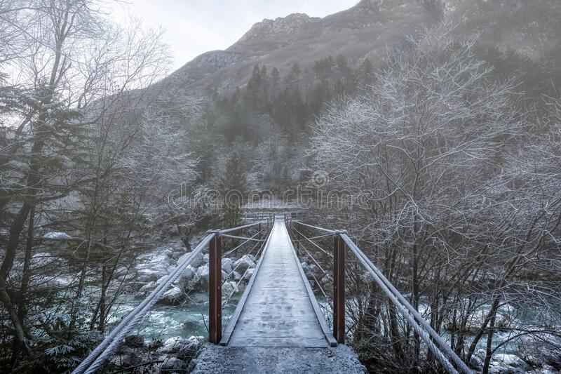 Puente de suspensión sobre río Soca, Eslovenia Paisaje de niebla fotos de archivo