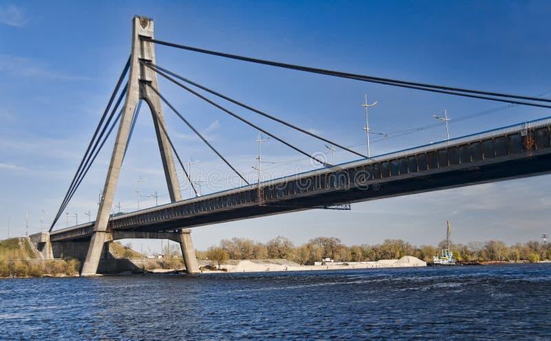 Puente de suspensión a través del río de Dnieper en Kiev fotos de archivo libres de regalías