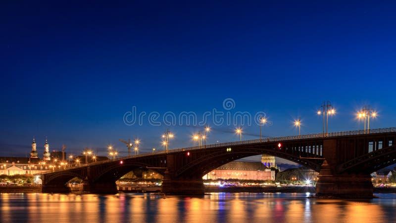 Puente de Theodor Heuss en la noche imagen de archivo libre de regalías