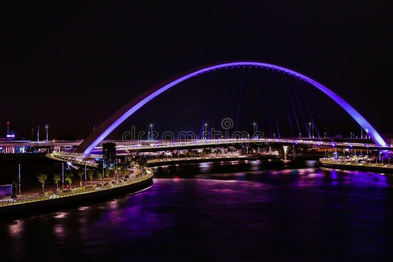 Puente de tolerancia en el canal de agua de Dubai imagenes de archivo