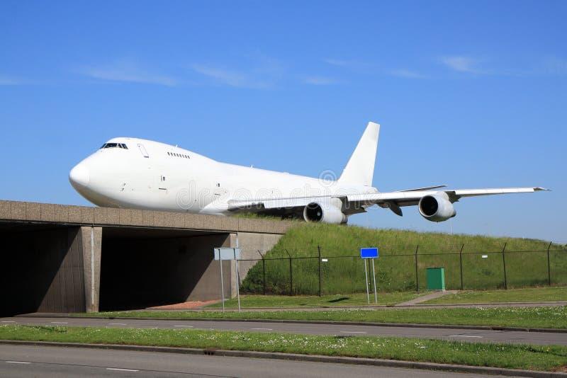 Puente de travesía blanco grande de los aviones foto de archivo libre de regalías