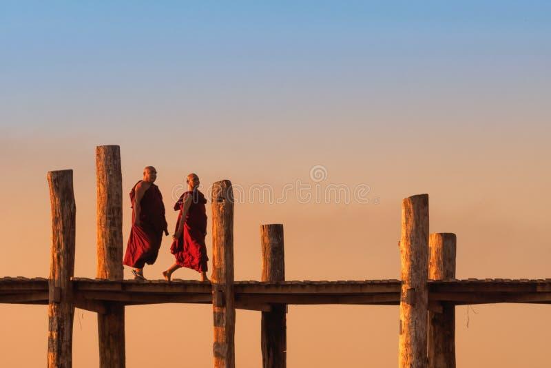 Puente de travesía de los sacerdotes en Birmania imagenes de archivo