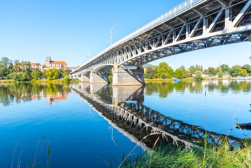 Puente de Tyrs sobre el río de Labe en Litomerice en el día de verano soleado, República Checa fotografía de archivo