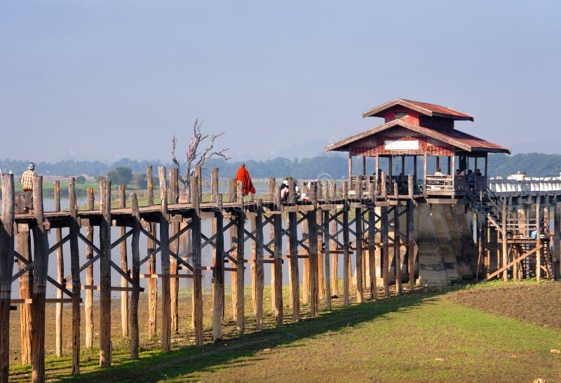 Puente de U-Bein en el lago Taungthaman cerca del amarapura fotografía de archivo libre de regalías