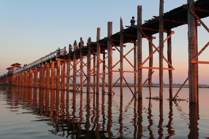 Puente de U-Bein en la puesta del sol fotos de archivo
