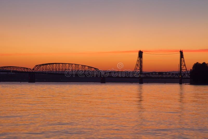 Puente de un estado a otro de la travesía de río de Colombia de la puesta del sol foto de archivo libre de regalías