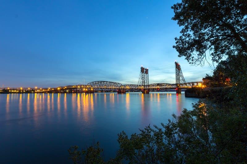 Puente de un estado a otro sobre el río Columbia en la oscuridad fotografía de archivo libre de regalías