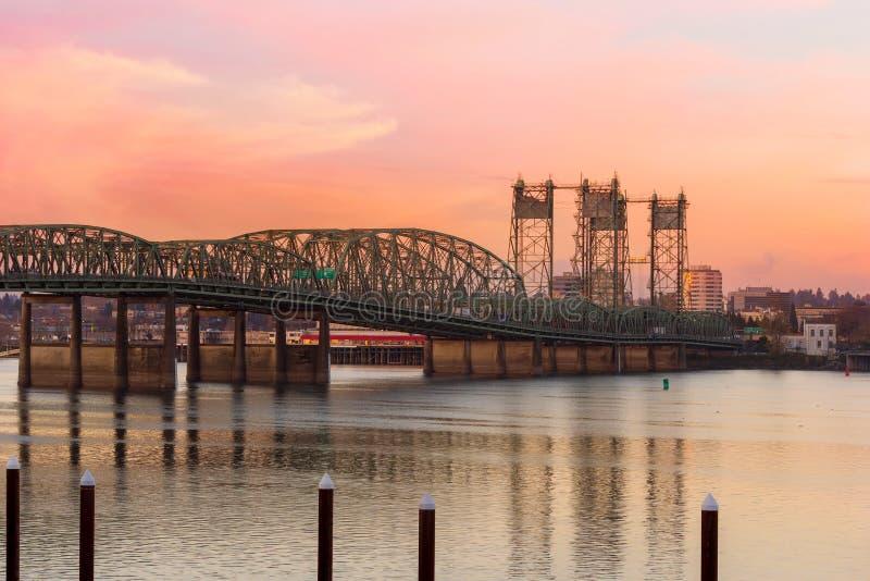 Puente de un estado a otro sobre el río Columbia en la puesta del sol imagen de archivo libre de regalías