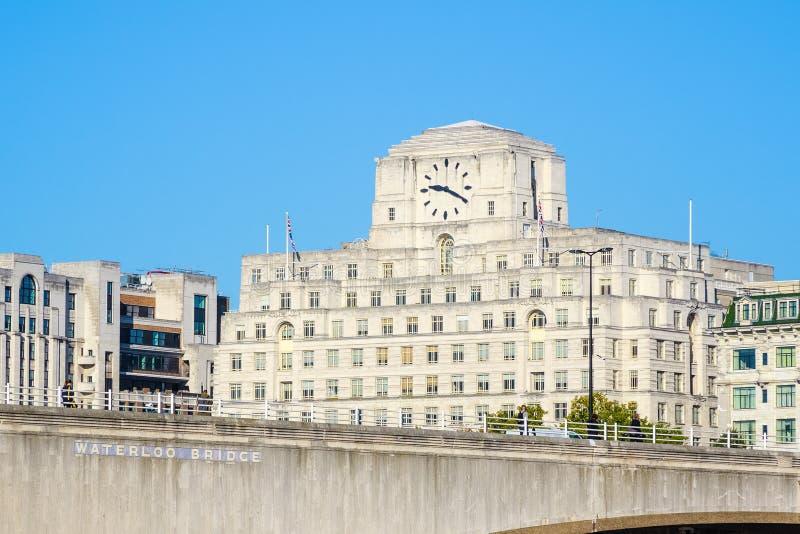 Puente de Waterloo y fachada de Shell Mex House en Londres foto de archivo libre de regalías