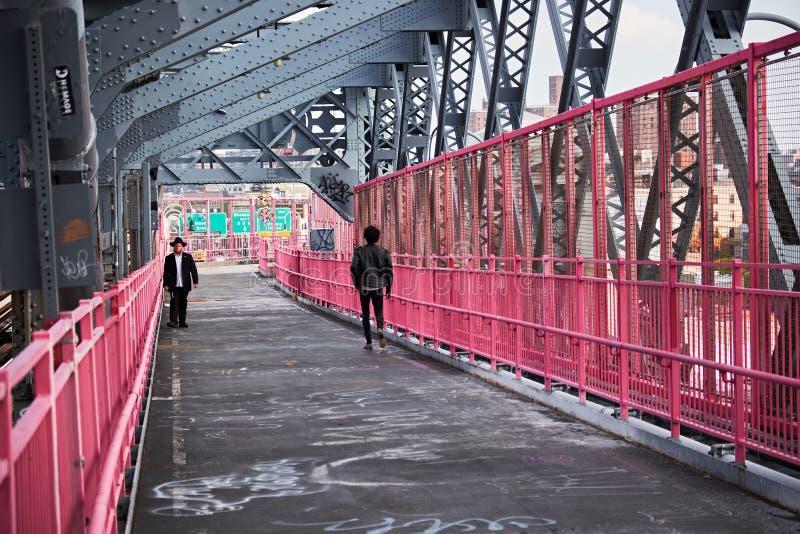 Puente de williamsburg de la gente que camina imagen de archivo