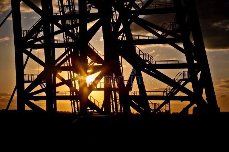 Puente de Zhivopisny puente Cable-permanecido Puesta del sol foto de archivo