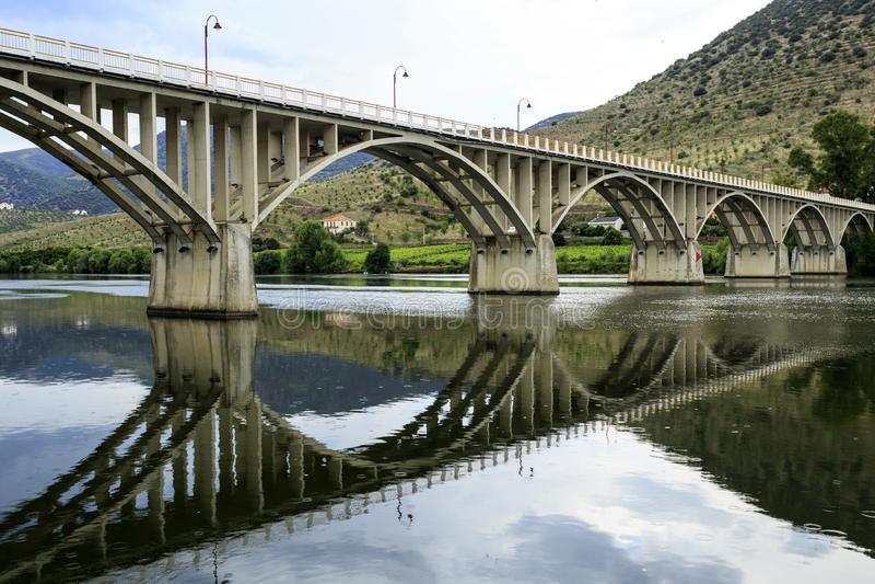 """Puente del †de Barca de Alva """"en el río del Duero fotografía de archivo"""