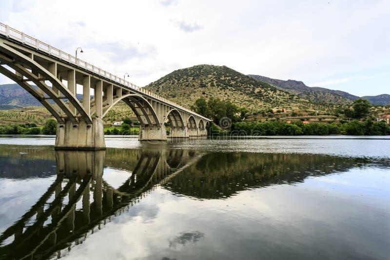 """Puente del †de Barca de Alva """"en el río del Duero foto de archivo libre de regalías"""