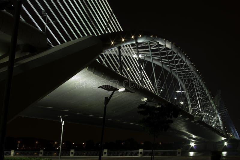 Puente del acero de la suspensión de la noche foto de archivo libre de regalías