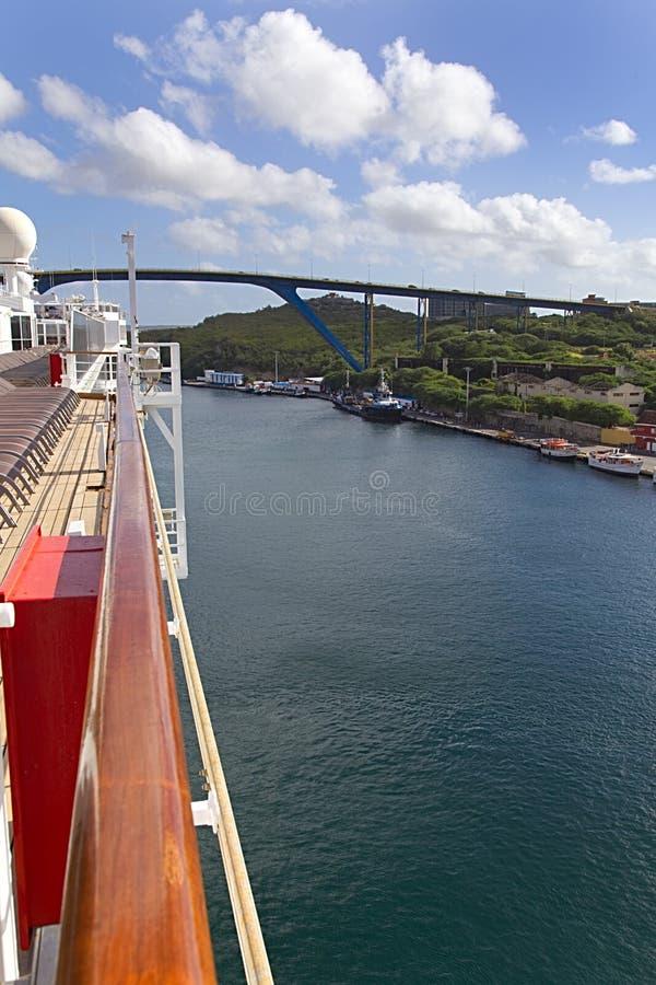 Puente del arco en Willemstad del barco de cruceros imágenes de archivo libres de regalías